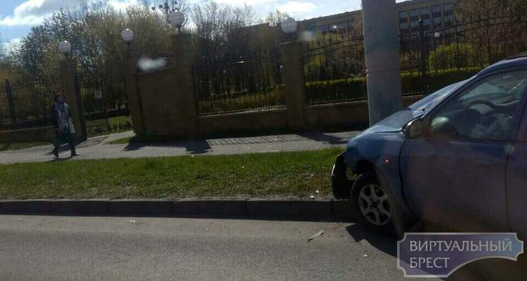 В Бресте женщина-водитель не справилась управлением и врезалась в столб: она и ребенок в больнице