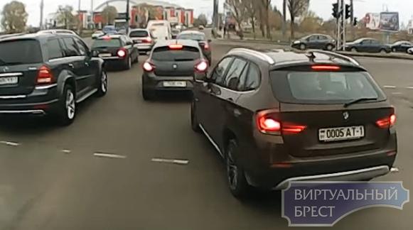 """Пользователи поспорили из-за поведения водителя BMW. Он """"подрезал"""" автобус, но извинился"""