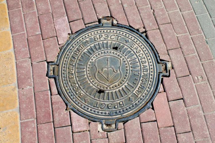 68 канализационных люков с символикой города появится в Бресте