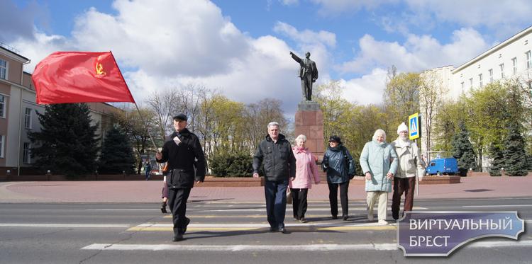 8 человек пришли на площадь Ленина в Бресте возложить цветы