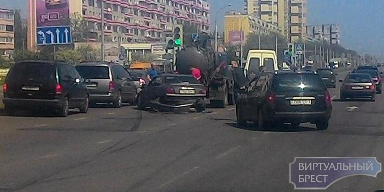 В Бресте БМВ врезался в ассенизаторский автомобиль