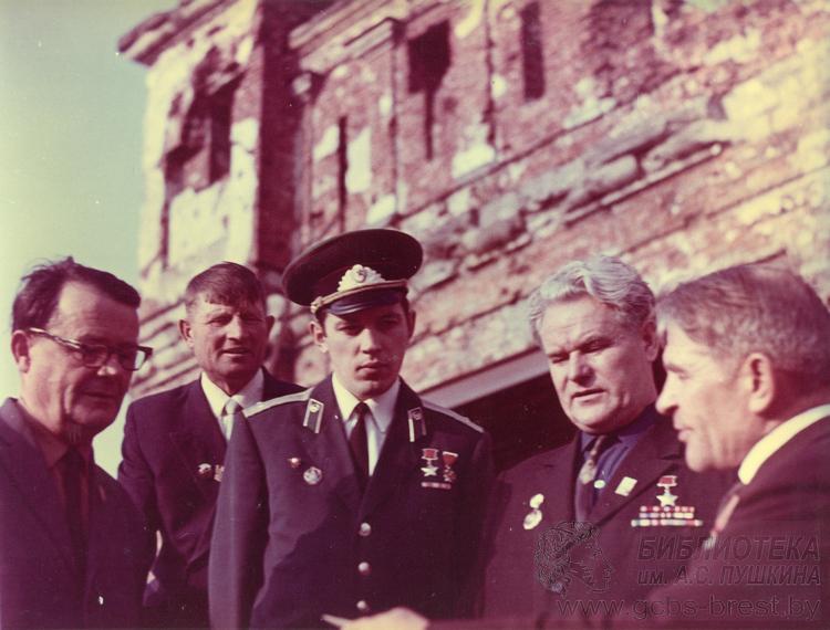 Ищем автора и участников коллекции фотографий с дня открытия Брестской крепости