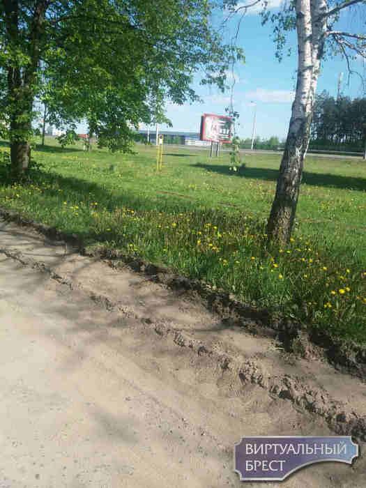 В Тельмах дорогу отремонтировали... засыпали ямы песком