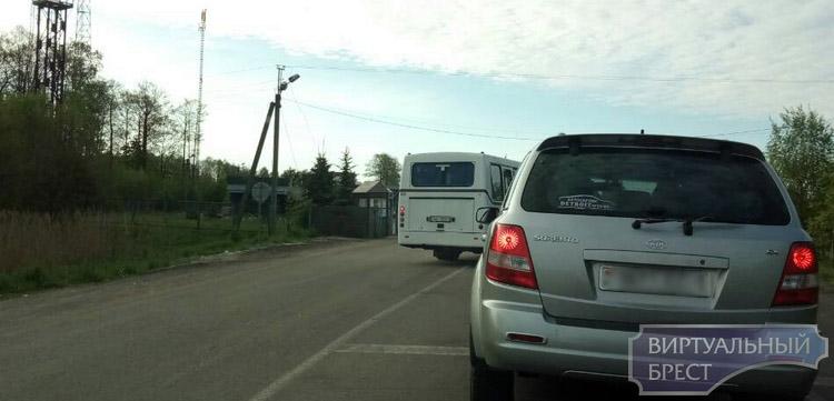 """При досмотре автобуса на ПП """"Мокраны"""" под днищем обнаружено тело мужчины"""