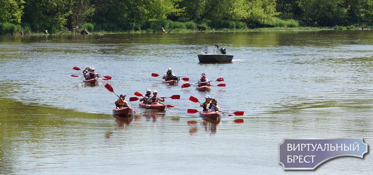 «Буг без границ»! Международные экипажи каяков прошли по воде вдоль Брестской крепости
