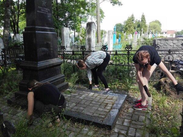 Ветераны и школьники вместе организовали уборку Тришинского кладбища