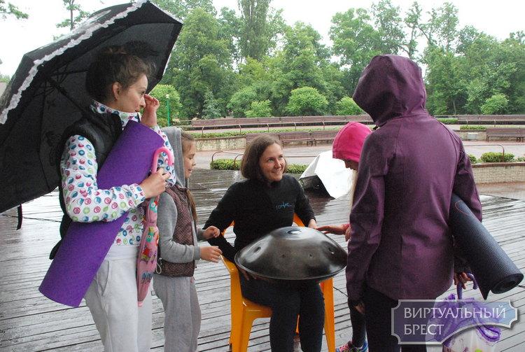 Йоги не отказались от праздника даже несмотря на проливной дождь