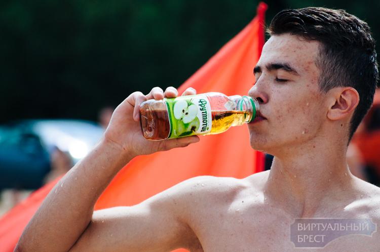 Игры, подарки, «Росинка»: на пляже в Красном дворе весело отметили День молодежи