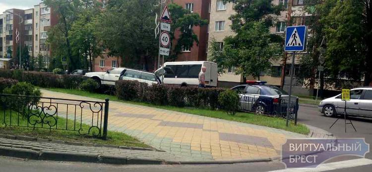 """На бульваре Космонавтов Passat """"запрыгнул"""" на ограждение"""
