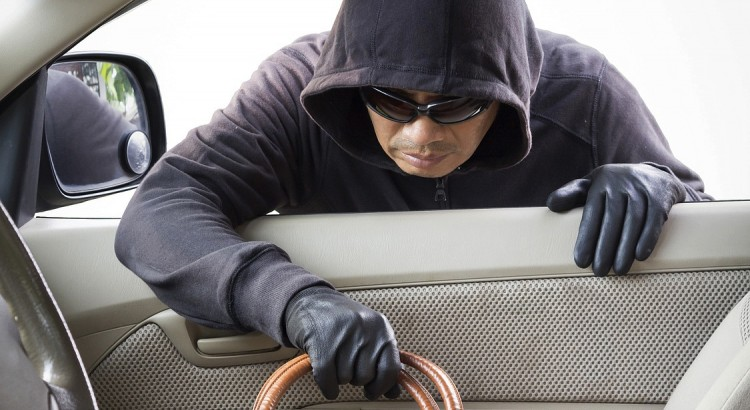 Неизвестное лицо похитило барсетку из грузовика, пока водитель наводил порядок в кузове