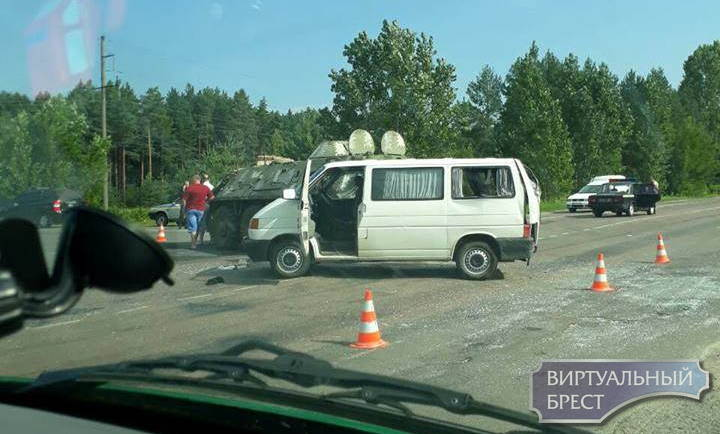 В Украине брестский микроавтобус столкнулся с БТР, пострадали три пассажира