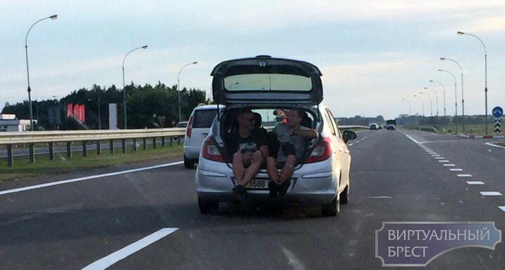 В социальных сетях обсуждают парней, которые катались по Бресту в багажнике автомобиля