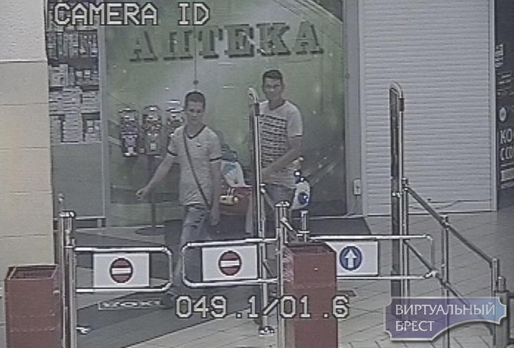 Устанавливаются личности мужчин, которые похитили шуруповёрт и свёрла в МИКС-е