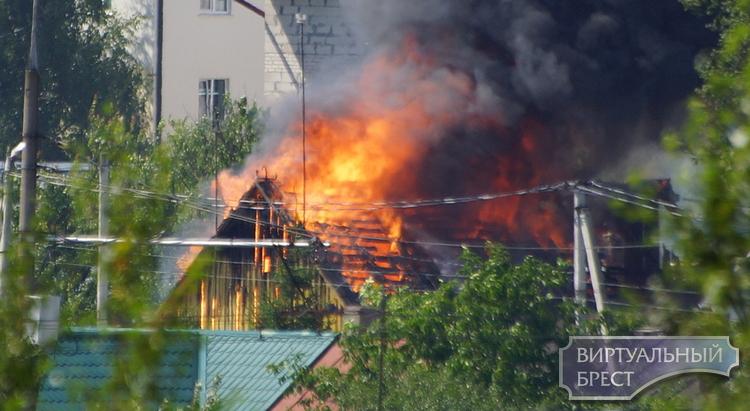 На ул. Центральной в Бресте сгорел дом, никто не пострадал