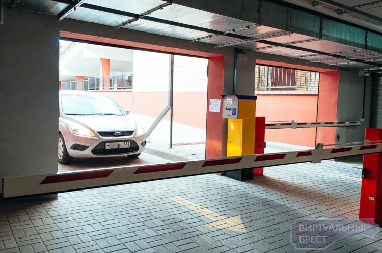 Парковки и стоянки в центре Бреста - когда решится проблема нехватки свободных мест?