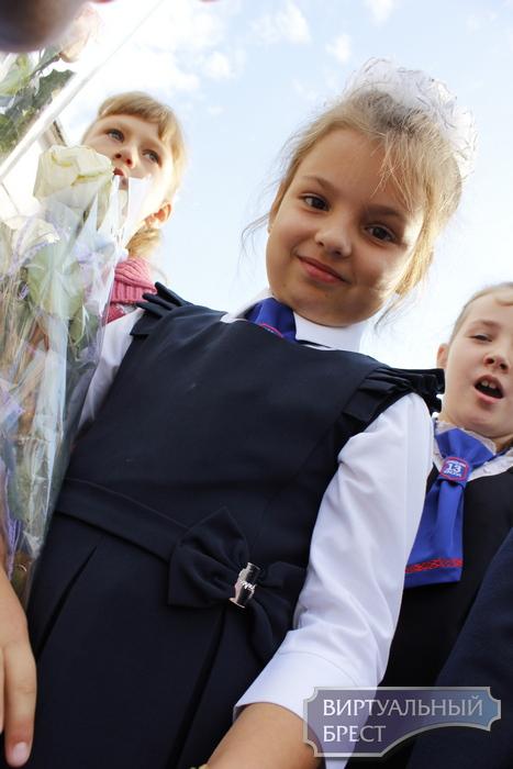 В СШ №13 г. Бреста дети пришли на линейку в галстуках с белорусским орнаментом