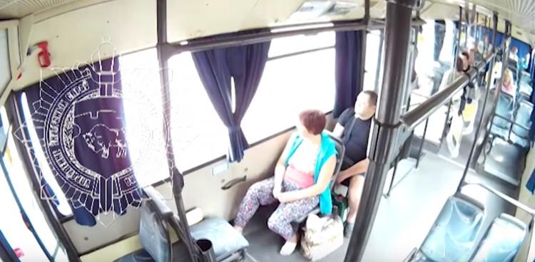 Мужчина совершил кражу в автобусе под камерой наблюдения