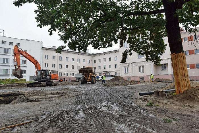 Во дворе больницы скорой помощи на Ленина начались строительные работы