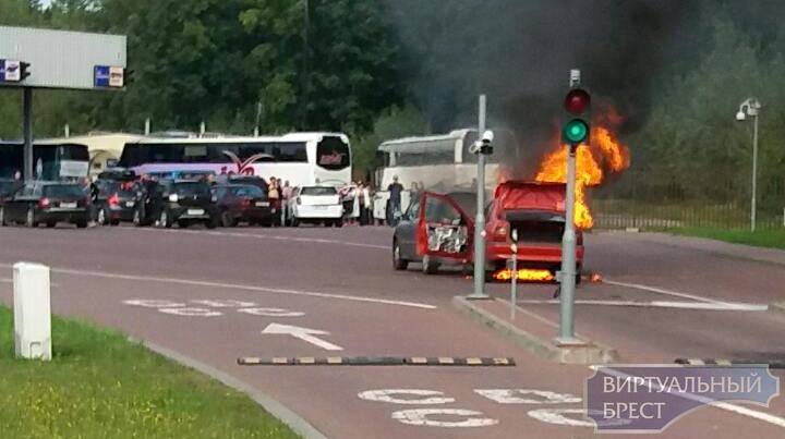 На границе у поляков в очереди полностью сгорели два автомобиля