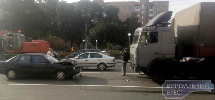 В Пинске легковушка в лобовую столкнулась с МАЗ-ом
