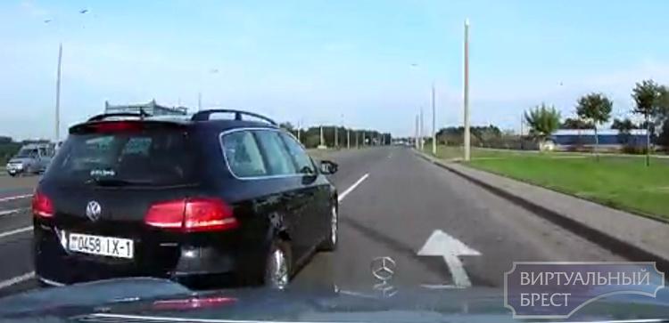"""Никогда так не делайте... Брестчанин на VW """"протиснулся"""" между автомобилями"""