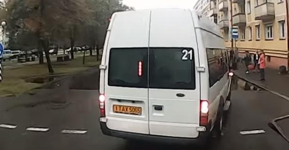 Маршрутчик вклинился в последний момент перед автобусом