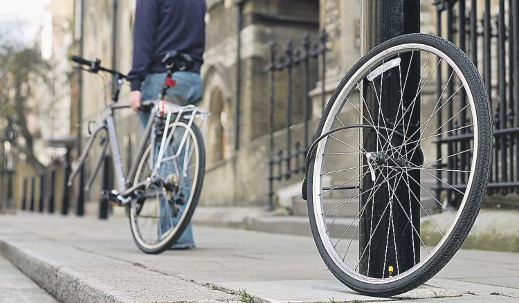 Мужчина похитил велосипед и нагло прокатился перед камерой
