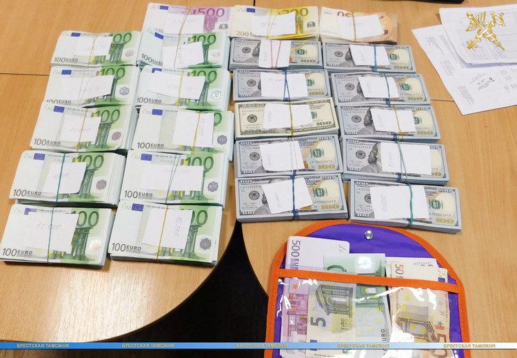 Русского гражданина задержали награнице Польши и Беларуси счемоданом долларов