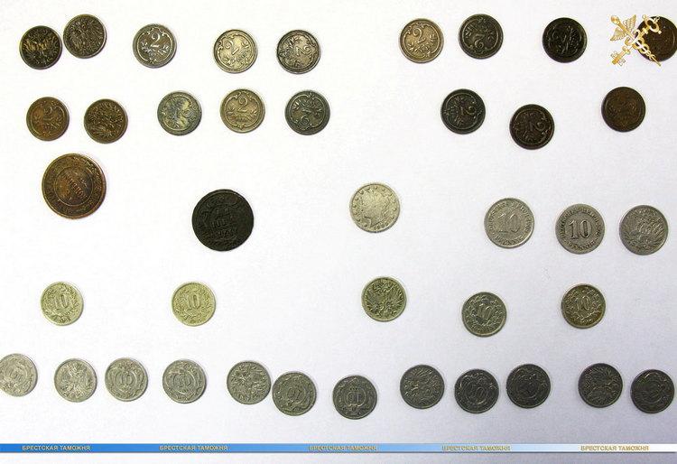 Монеты и банкноты - 46 предметов культурной ценности обнаружили у туриста из Чехии