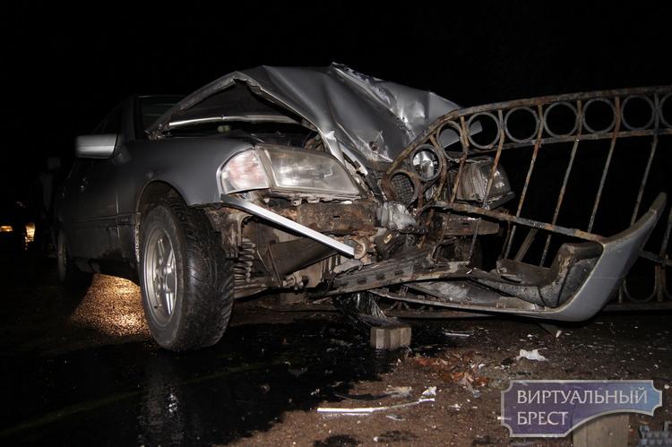 """Нет слов... Об тёмное ограждение в очереди на """"варшавке"""" разбился автомобиль. Кто виноват?"""
