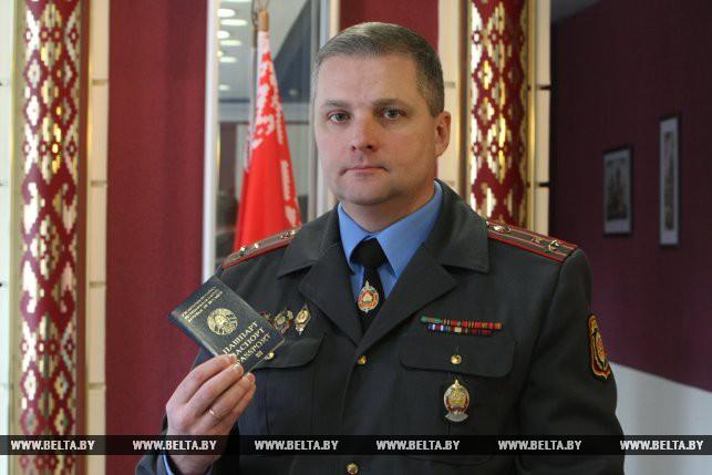 Павел Хрищенович с биометрическим паспортом