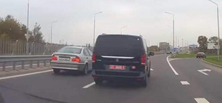 """""""Учитель"""" на """"красных"""" номерах объявился в Бресте, он учит водителя на БМВ"""