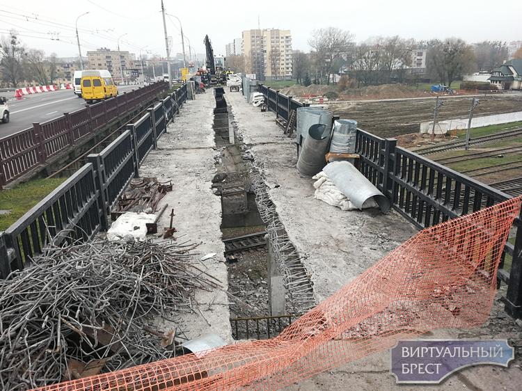"""Пешеходную часть """"кобринского моста"""" разрезали надвое"""