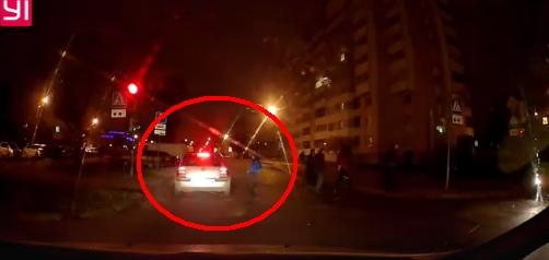 Водитель VW едва не сбил ребёнка, который перебегал дорогу на пешеходном переходе