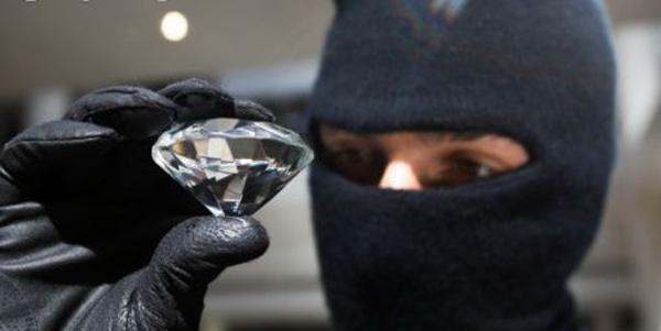 Неустановленное лицо проникло в квартиру к женщине и похитило 12  ювелирных изделий