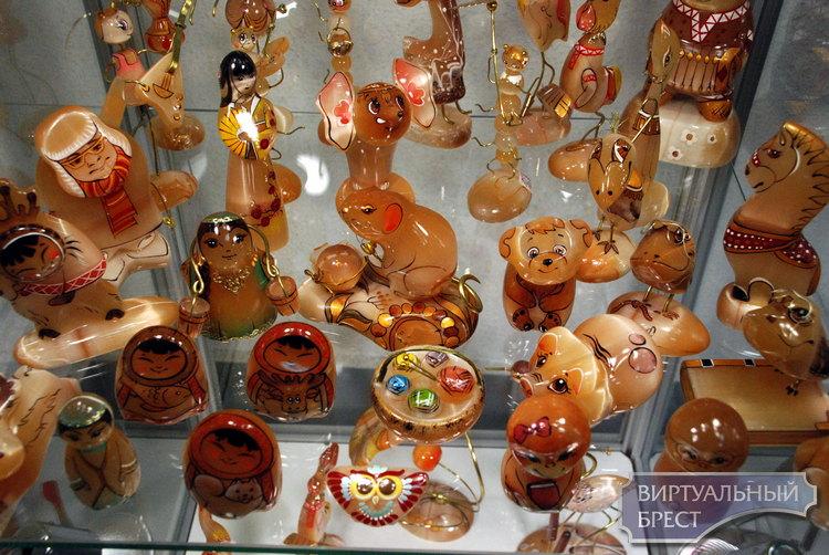 В выставочном зале на Советской работает выставка-ярмарка «В мире самоцветов»