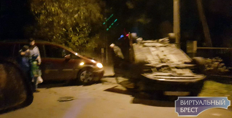 В Кобрине столкнулись два автомобиля, один из них перевернулся