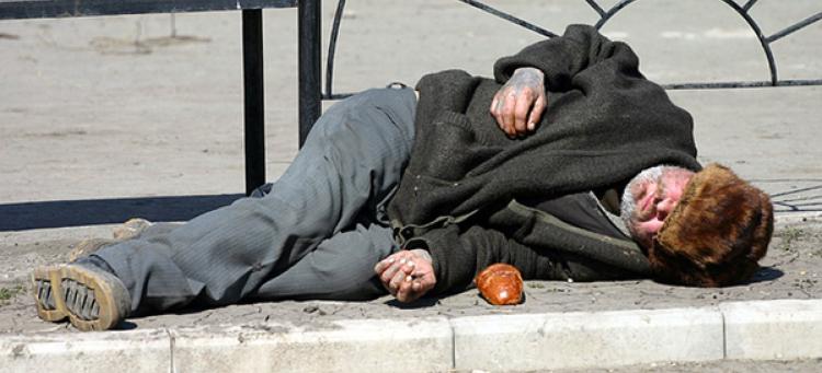 Пьяный брестчанин уснул на остановке общественного транспорта, и его обокрали
