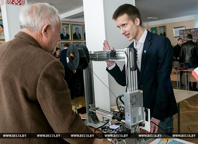 Сергей Никифоров со своим проектом 3д-принтера