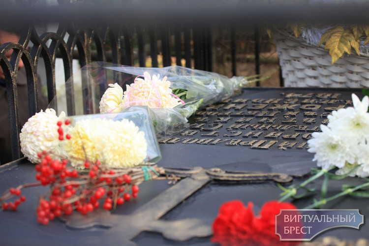 В Бресте возложили цветы к могиле классика украинской литературы Олексы Стороженко