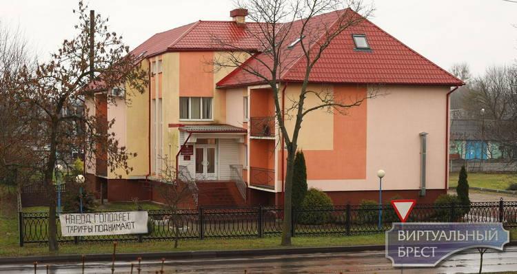 """У здания ЖКХ в Бресте вывесили растяжку с текстом: """"Народ голодает, тарифы поднимают"""""""