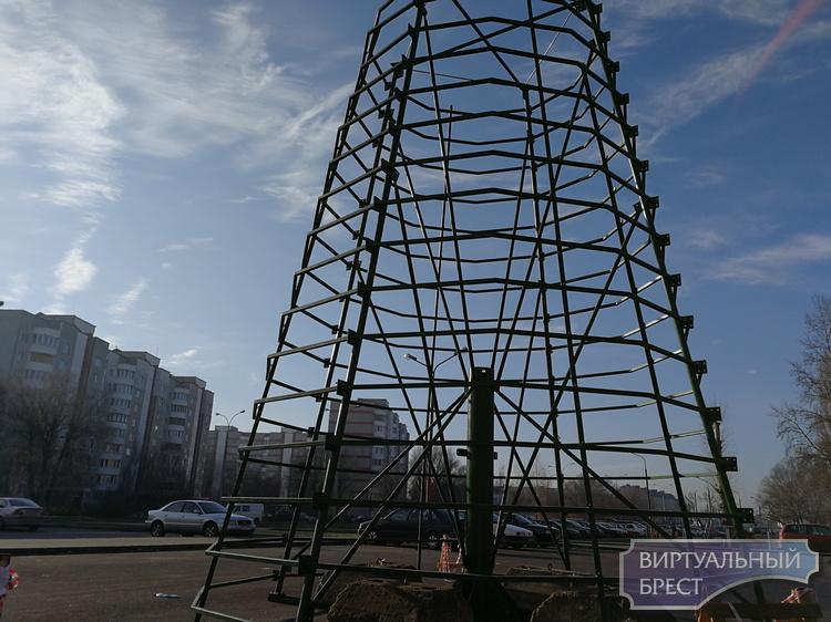В Бресте начали устанавливать новогодние ёлки