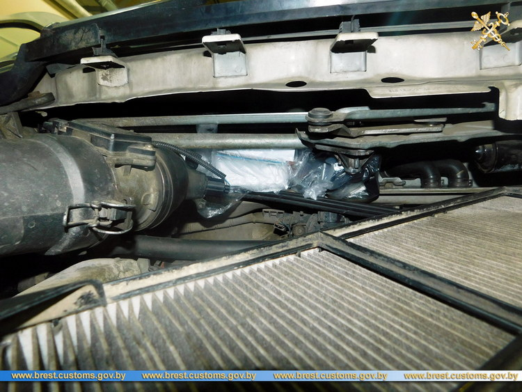 У брестчанки на границе изъяли автомобиль из-за спрятанного фотоаппарата