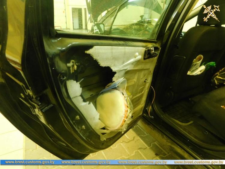 Житель Жабинки сокрыл в тайниках товар на границе и лишился автомобиля