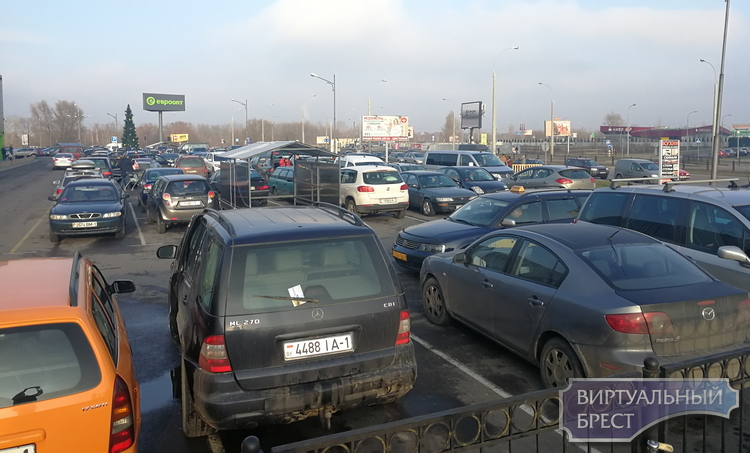 Брестчане ринулись в магазины: очереди к кассам, в обменники, полные парковки