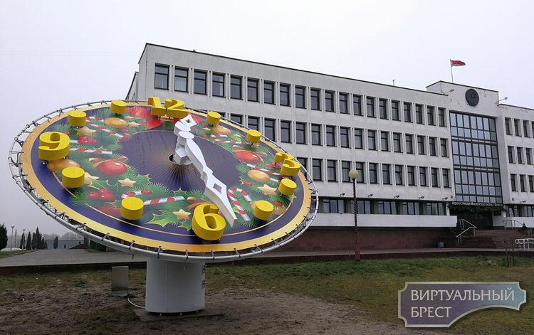 """На """"пол первого""""... У здания администрации Московского района появились часы-фотозона"""
