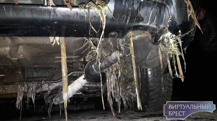 """Автомобиль скатился в обводной канал Брестской крепости - доставали его """"всем миром"""""""