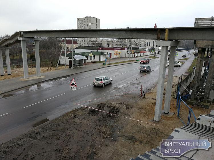 Продолжается возведение нового пешеходного моста между Мошенского и Скрипникова