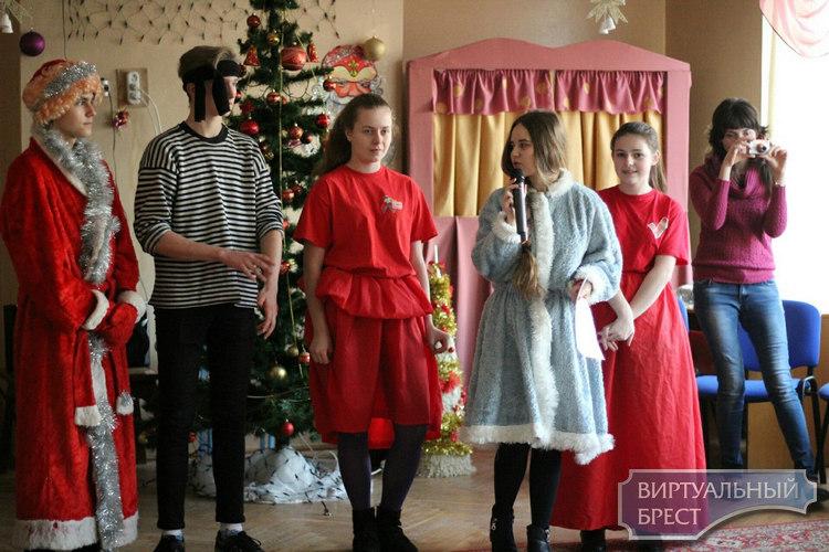 Волонтёры Московского РК ОО «БРСМ» г. Бреста продолжают поздравлять детей с новогодними праздниками