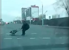 """В Бресте, рискуя жизнью, два пешехода """"ползли"""", перетягивая груз через переход"""